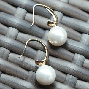 NWT WHITE PEARL DROP STYLE WITH GOLD HOOP EARRING